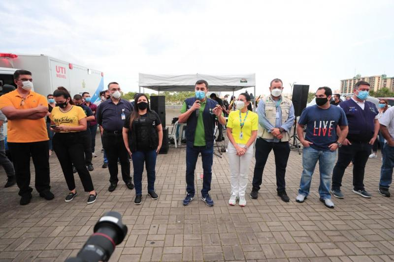 Wilson Lima comemora com servidores a vacinação de cerca de 140 mil pessoas contra a Covid-19 em Manaus, em dois dias