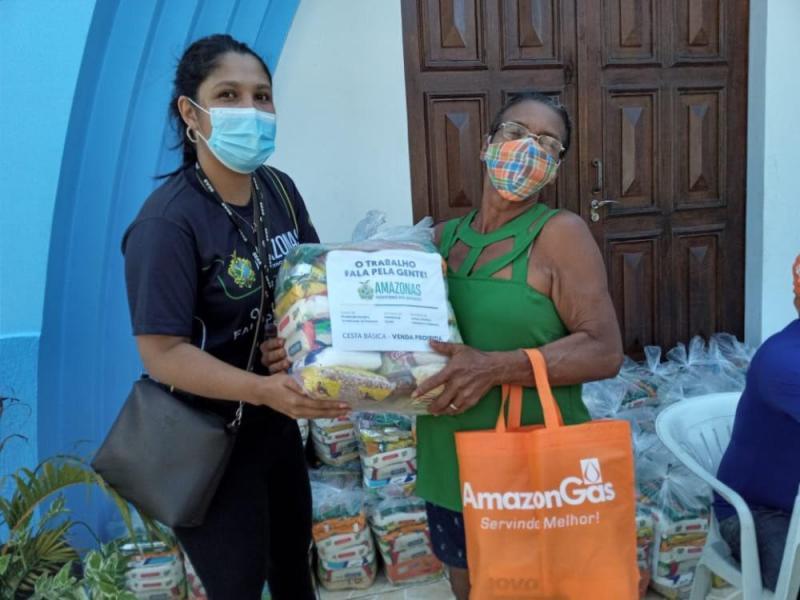 Força-tarefa do Auxílio Estadual Enchente entrega cartões e cestas básicas na zona leste de Manaus