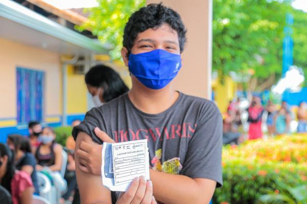 Jovens de 18 e 19 lotam postos de vacinação contra Covid-19 em Parintins nesta segunda