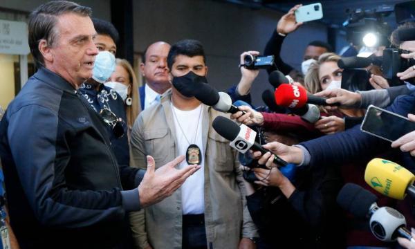 Após alta, Bolsonaro critica CPI e defende estudo sobre remédio sem eficácia comprovada contra a Covid-19