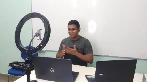 VITÓRIA: Salomão Souza é o 1º professor surdo na área de Matemática formado na UEA em Parintins