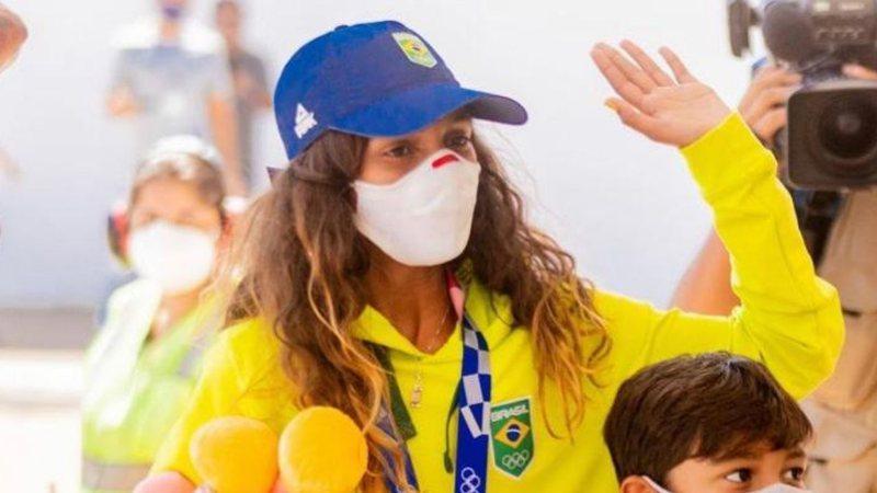 Rayssa Leal se nega a tirar fotos com políticos locais ao chegar em sua cidade natal, no Maranhão