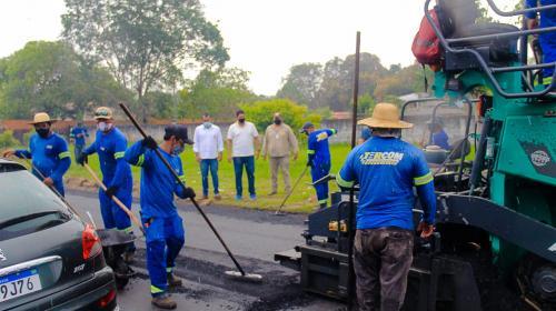 Bi Garcia vistoria recapeamento da estrada do Macurany