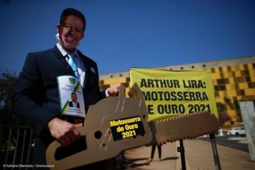 Arthur Lira recebe prêmio Motosserra de Ouro 2021 em protesto do Greenpeace