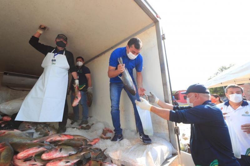 Governador Wilson Lima entrega 3 toneladas de peixe e kits de higiene para 1,5 mil famílias na zona leste