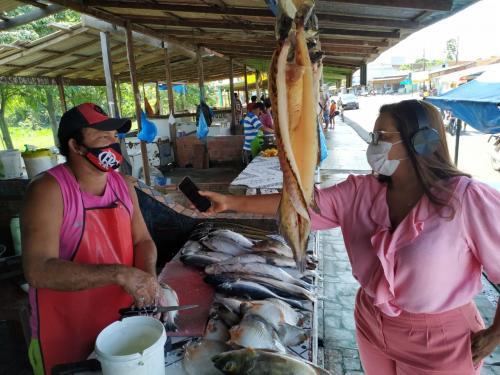 Márcia Baranda constata prejuízos nas vendas de peixe e reforça pedido de apoio aos feirantes