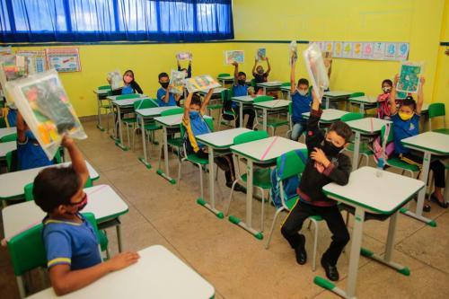 Mantendo investimentos na educação, Prefeitura inicia entrega de mais de 17 mil kits escolares em Parintins