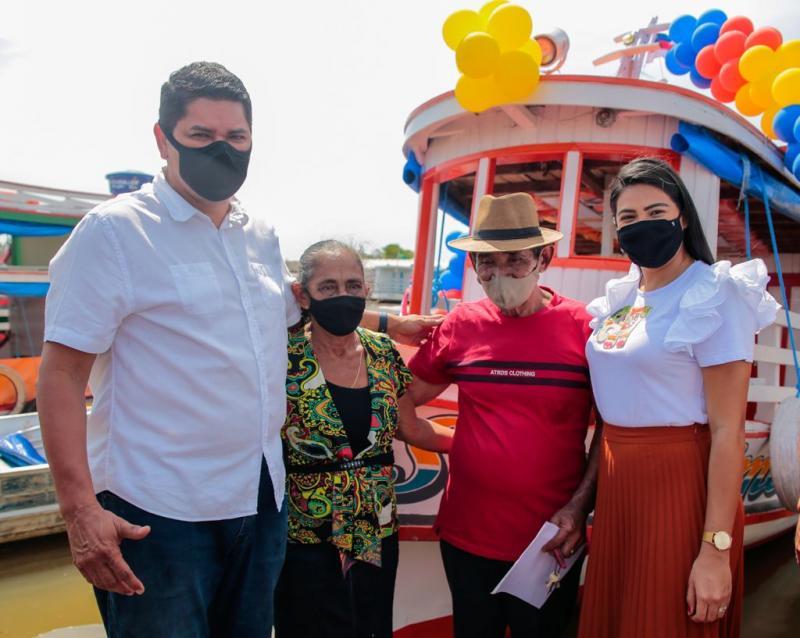 Bi Garcia e amigos doam novo barco a família que teve bem incendiado de forma injusta