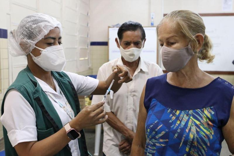 Vacina Amazonas: casal de idosos toma junto dose de reforço em Manaus