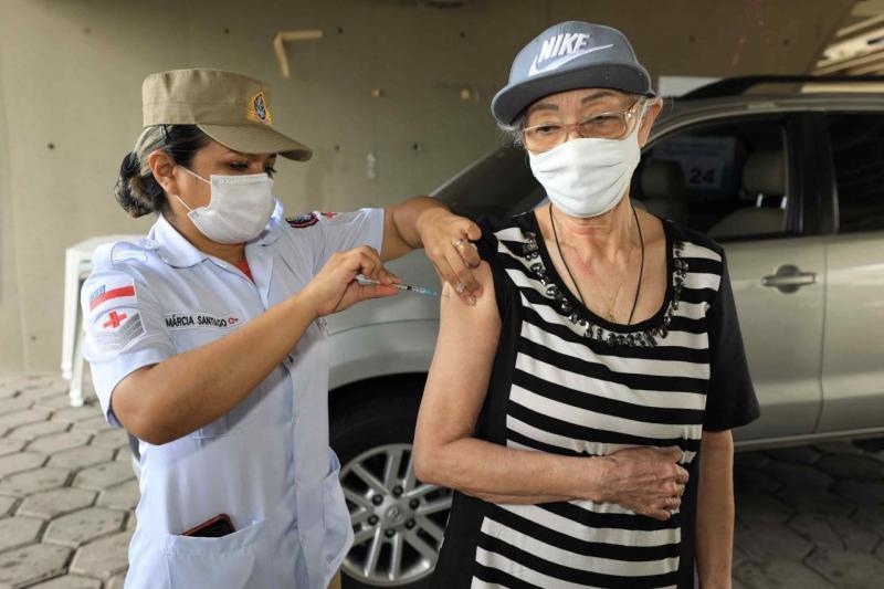 Vacina Amazonas: filha se emociona ao ver mãe tomar terceira dose da vacina contra a Covid-19