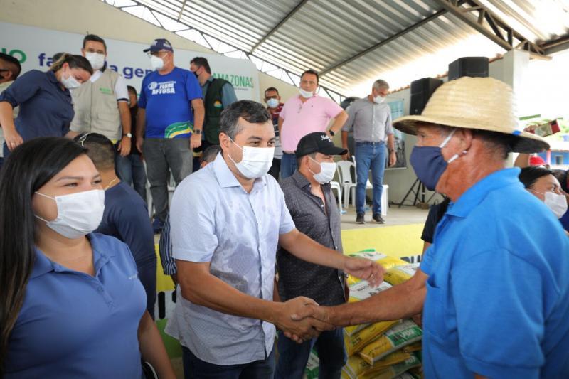 Governador Wilson Lima entrega suplemento alimentar para gado de pecuaristas do Careiro Castanho