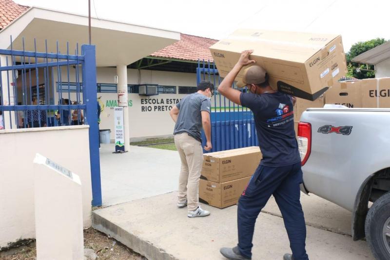 Governo do Amazonas equipa escolas de Rio Preto da Eva com novos aparelhos de ar condicionado
