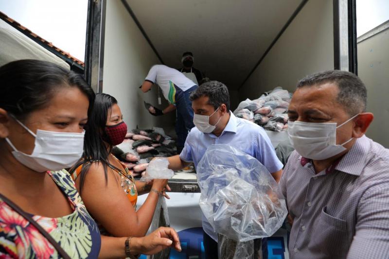 Peixe no Prato Solidário: Wilson Lima participa da entrega de três toneladas de pescado em Rio Preto da Eva