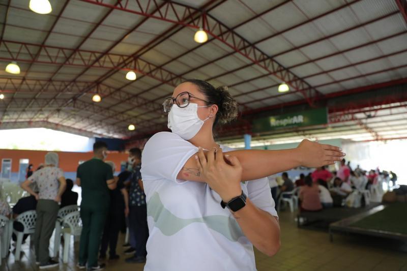 Profissionais de saúde participam de sessão de ginástica laboral durante mutirão Vacina Amazonas