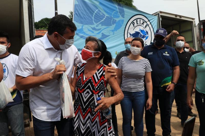 'Peixe no Prato Solidário': Governador Wilson Lima entrega 6 toneladas de peixe para famílias no Jorge Teixeira 4