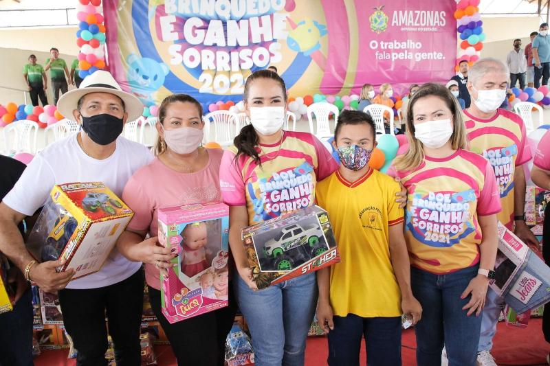 'Doe um Brinquedo e Ganhe Sorrisos': primeira-dama Taiana Lima entrega doações em Boa Vista do Ramos