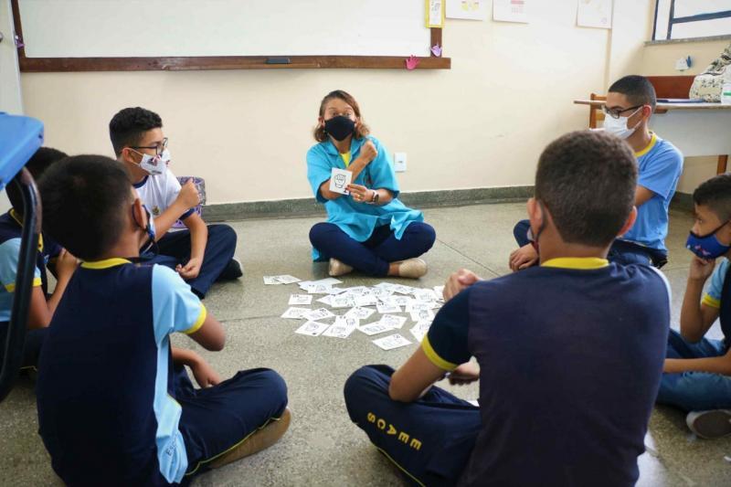 Surda, professora dedica sua trajetória a ensinar Libras aos alunos da rede estadual