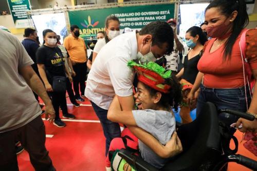 """""""Ela nunca teve uma cadeira de rodas; vai ajudar muito"""", diz mãe de criança PcD beneficiada em ação do Estado em Parintins"""