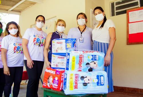 Mayra Dias doa fraldas de seu chá de revelação para crianças de Serviço de Acolhimento