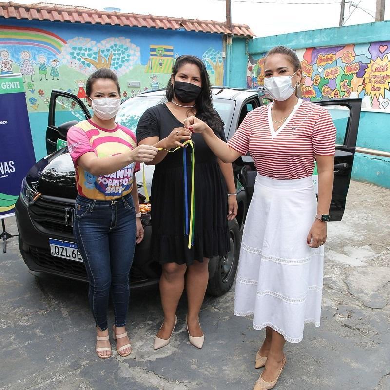 Primeira-dama Taiana Lima entrega veículo, equipamentos e brinquedos para instituição socioassistencial em Manaus