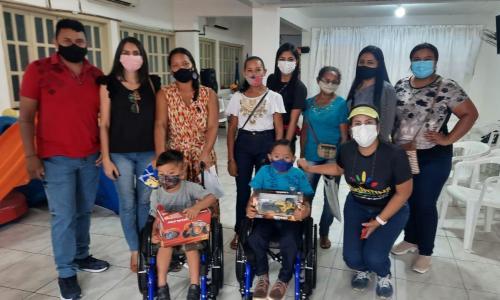 SEJUSC faz entrega de cadeiras de rodas adaptadas a dois alunos com deficiência da Rede Municipal de Educação de Parintins