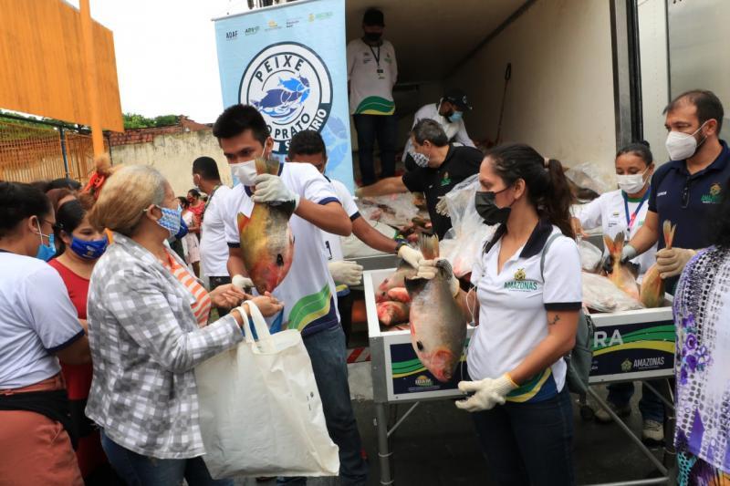 Governo do Amazonas entrega alimentos para famílias do Mutirão