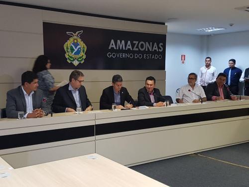 Governador David Almeida assina contrato entre Coca-Cola e os Bumbás de Parintins
