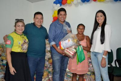 Bi e Tony comandam entrega de 120 cestas básicas a famílias carentes