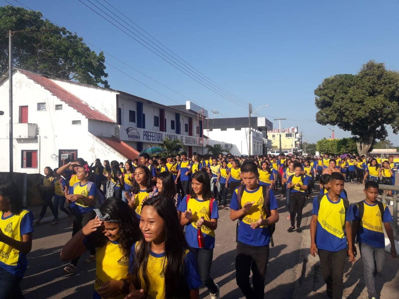 Alunos da Escola Padre Seixas de Barreirinha fazem manifestação cobrando instalação de ar condicionados 2